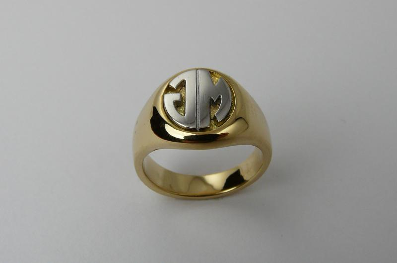 chevali re or jaune table ovale bagues homme bijoux. Black Bedroom Furniture Sets. Home Design Ideas